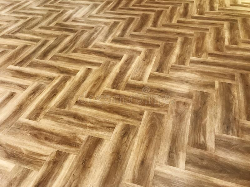 Le plancher du stratifié brun clair diagonalement photographie stock libre de droits