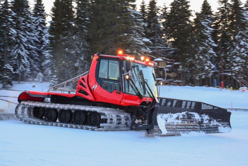 Le planeur de neige rouge en action, crépuscule après une journée de ski chargée image stock