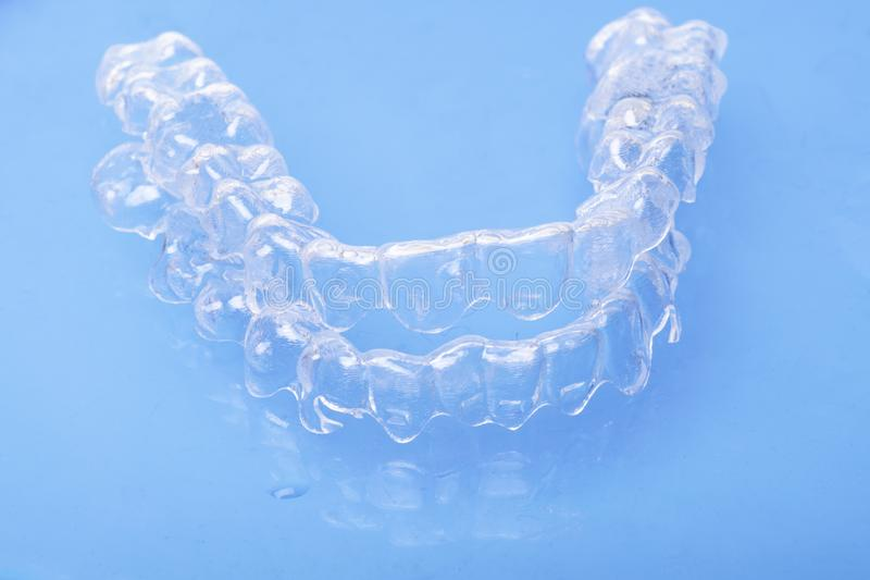 Le plastique dentaire invisible de dispositifs d'alignement de dent de parenthèses de dents attache des arrêtoirs d'art dentaire  image libre de droits
