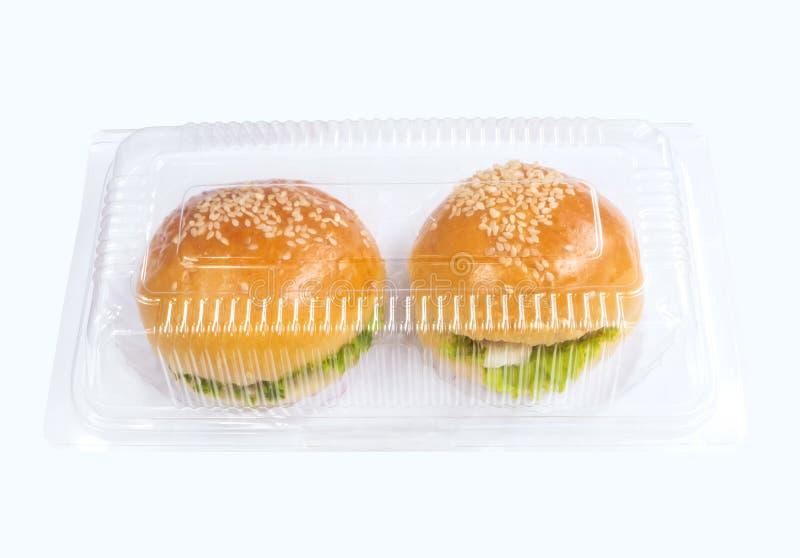 Le plastique emportent le paquet avec en deux pièces de petits hamburgers photo libre de droits