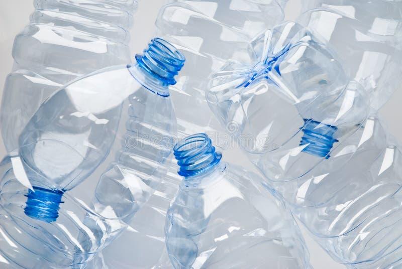 Le plastique met des ordures en bouteille images stock
