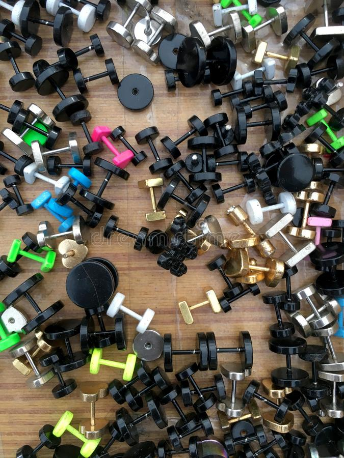 Le plastique réutilisent des boucles d'oreille colorées Le plat de réutilisation en plastique réutilisent est des bijoux de mode photo libre de droits