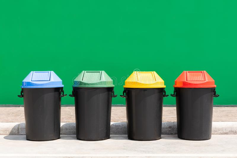 Le plastique réutilisent la poubelle extérieure pour des déchets image stock