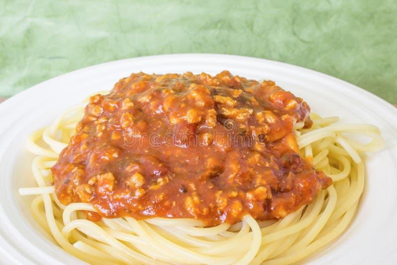 Le plat blanc de spaghetti et le contexte vert naturel images libres de droits