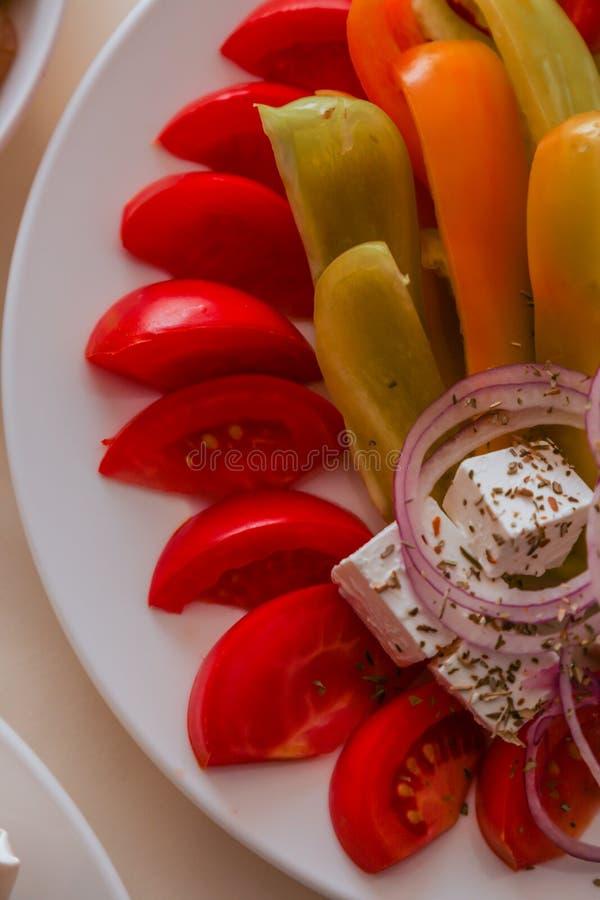 Le plat délicieux de démarreur a servi sur la table de restaurant image stock