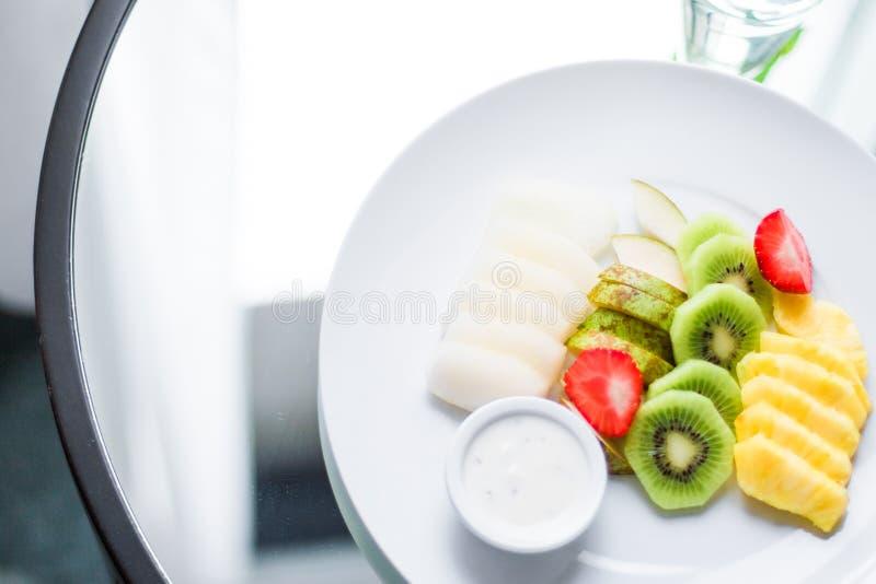 le plat de fruit a servi - des fruits frais et le concept dénommé par consommation saine photos libres de droits