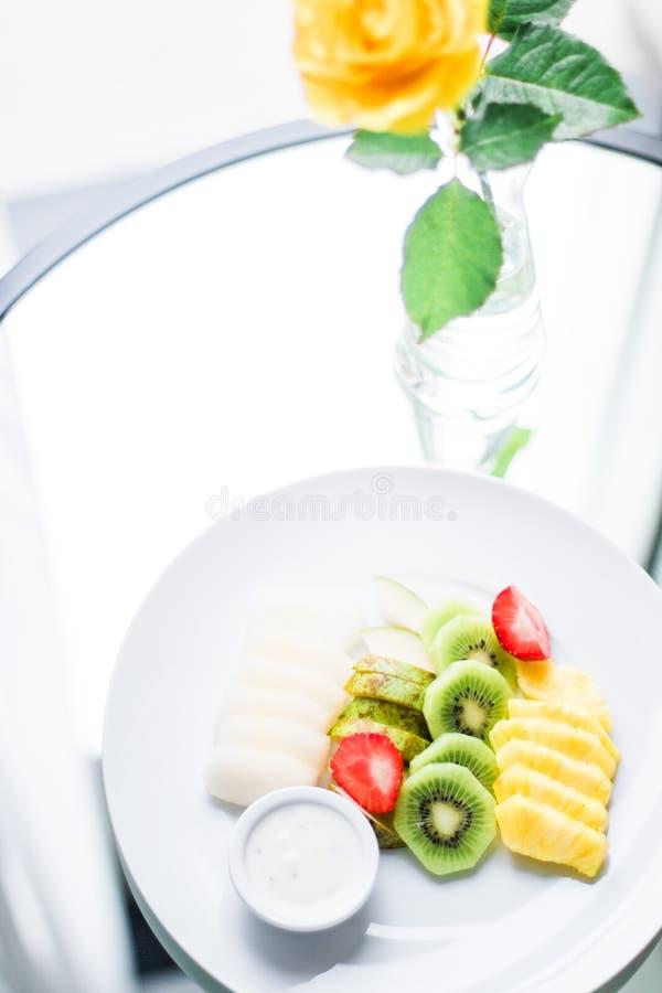 le plat de fruit a servi - des fruits frais et le concept dénommé par consommation saine images stock