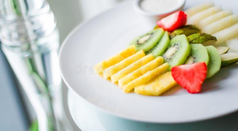 le plat de fruit a servi - des fruits frais et le concept dénommé par consommation saine photo libre de droits