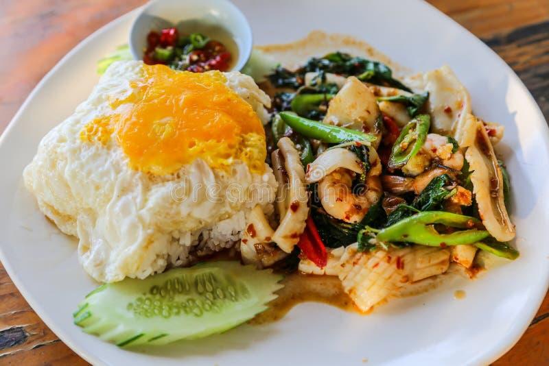 Le plat de fruits de mer est riz frit et oeuf au plat. image stock