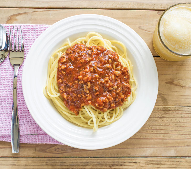 Le plat des spaghetti italiens avec la tomate riche a basé le sauc de Bolognaise images libres de droits
