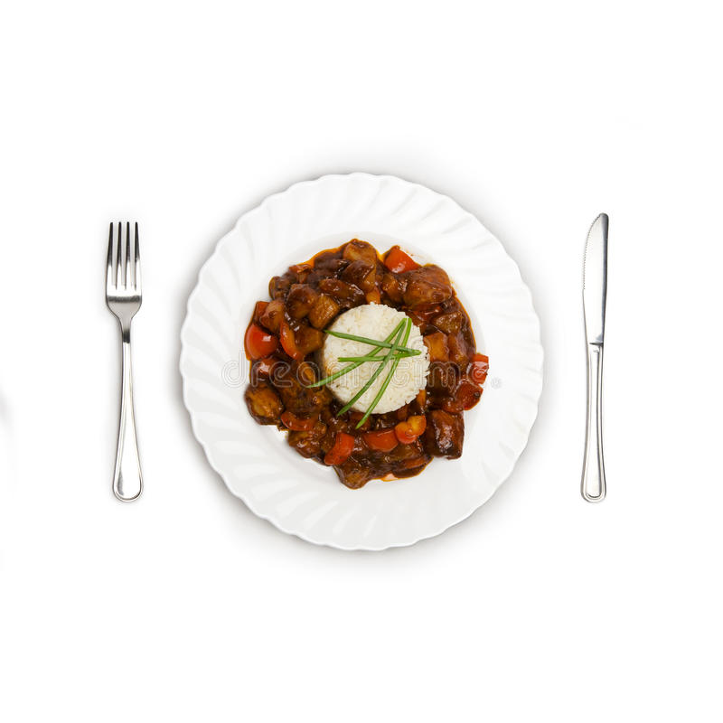 Le plat du riz, casserole a rôti la viande et des légumes sur le fond blanc image libre de droits