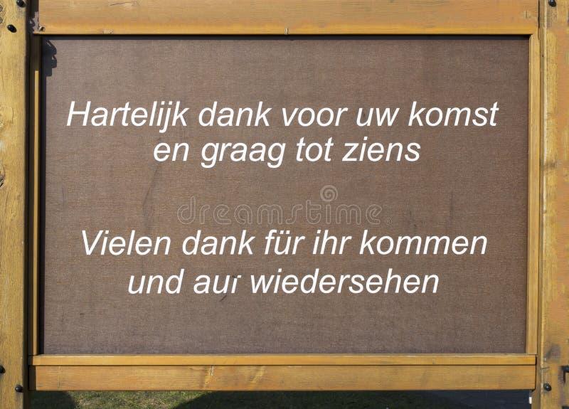 Le plat en bois avec vous remercient fror venant dans l'Allemand néerlandais d'en images stock