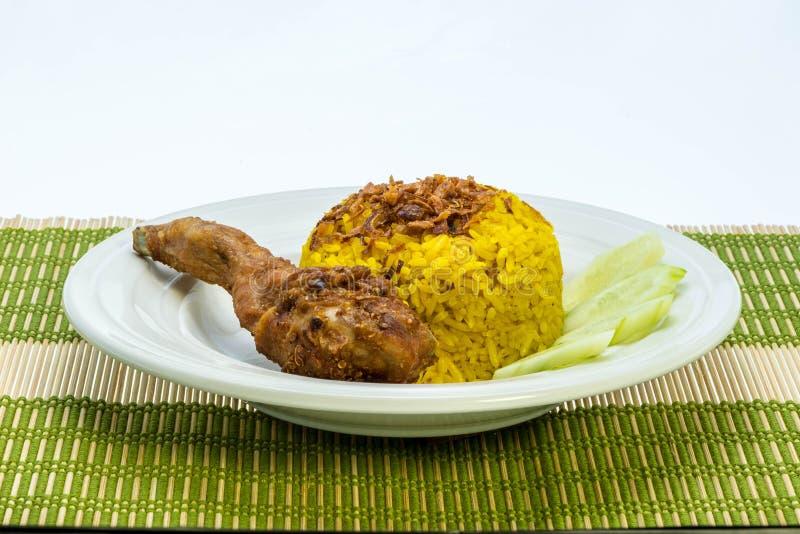 Le plat préféré de l'Asiatique : Biryani de poulet avec du riz jaune photos stock
