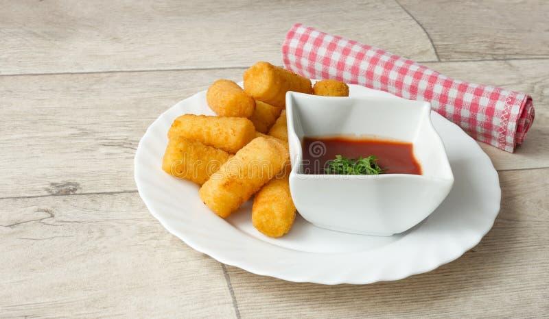 Le plat savoureux de croquettes de pomme de terre a servi sur une table en bois photos libres de droits