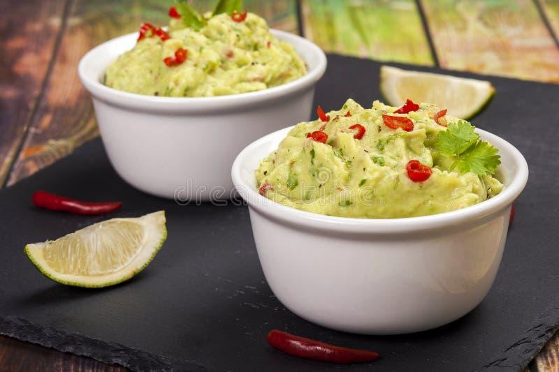 Le plat traditionnel de la cuisine mexicaine guacamole photographie stock libre de droits