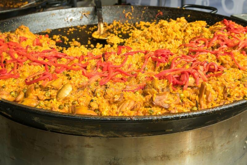 Le plat Valencian de riz, Paella de poulet garnie avec le rouge desséché soit photo libre de droits