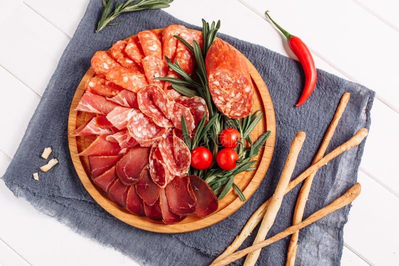 Le plateau de panneau de viande de salami a séché la configuration plate de tranche image stock