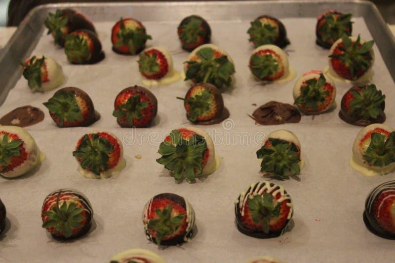 Le plateau du chocolat a couvert des fraises image stock