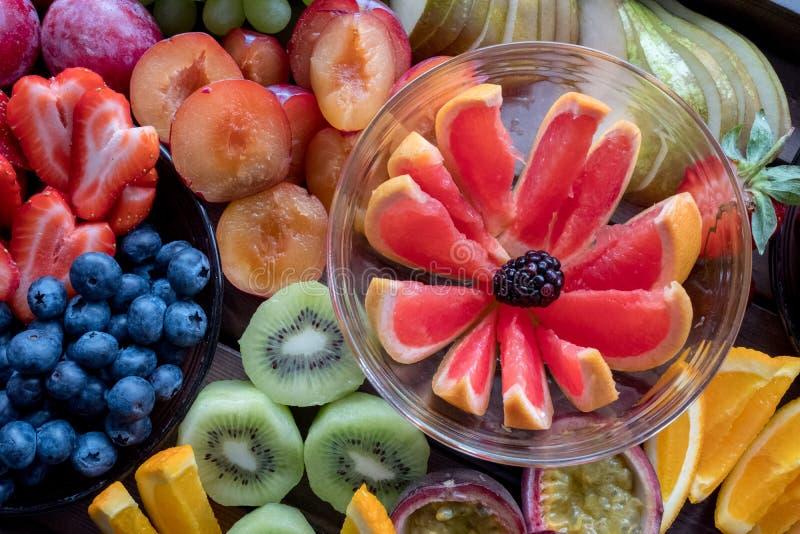 Le plateau du fruit coloré, a découpé en tranches  photos stock