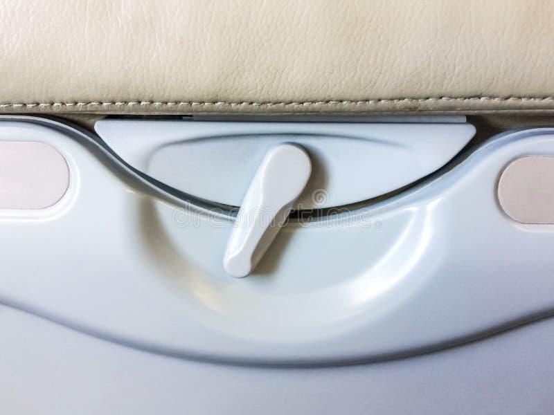 Le plateau et la boisson de nourriture étirent le siège de passager arrière sur l'avion image stock