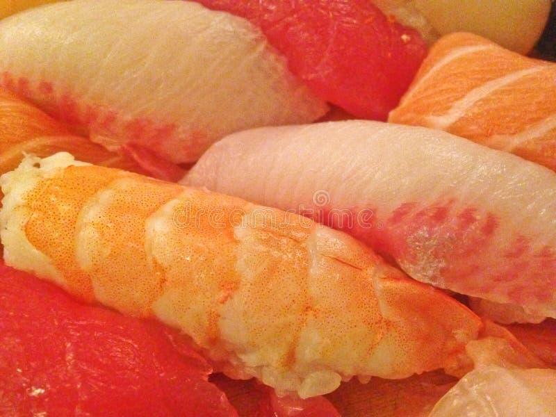 Le plateau japonais frais mélangé de sushi a servi du plat en bois photos stock
