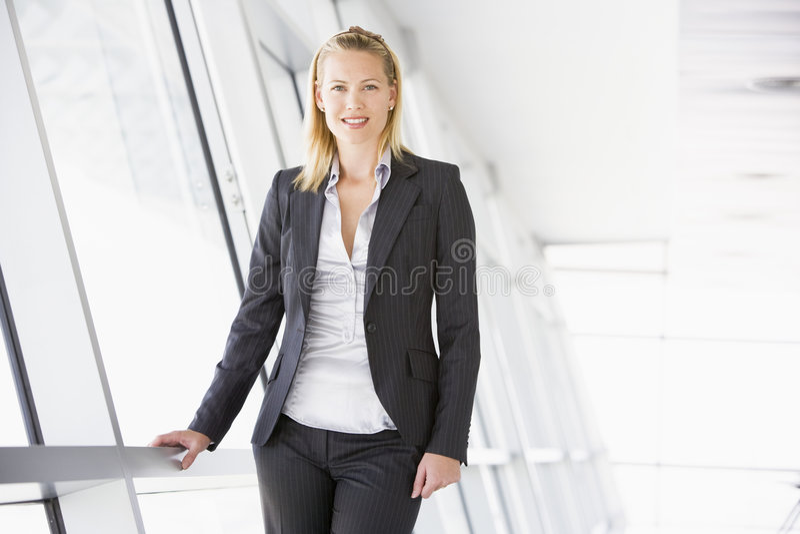 le plattform för affärskvinnakorridor royaltyfri foto