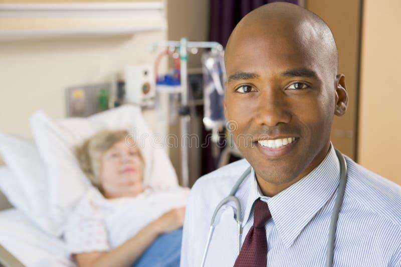 le plattform för doktorssjukhuslokal arkivbilder