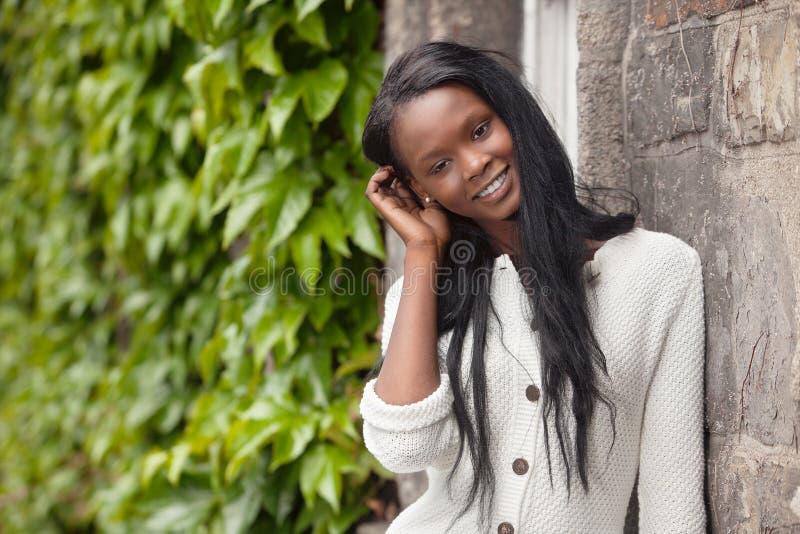 le plattform kvinnabarn för afrikansk amerikan arkivfoto