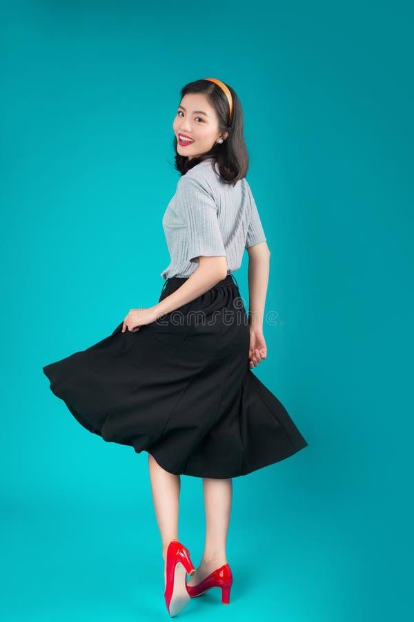 Le plein corps de la femme asiatique de sourire s'est habillé dans la robe o de style de goupille- photos stock