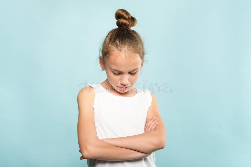 Le pli blessé offensé d'enfant remet la fille vexée mignonne photo stock