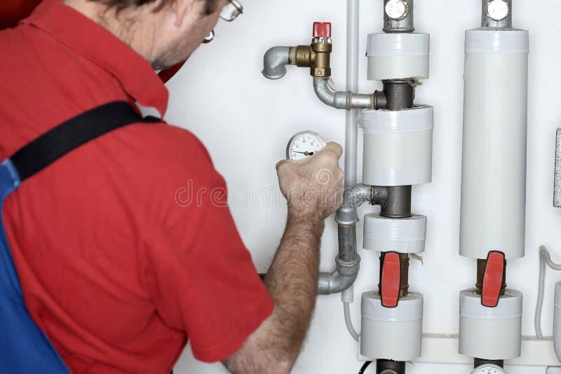 Le plombier travaille image stock