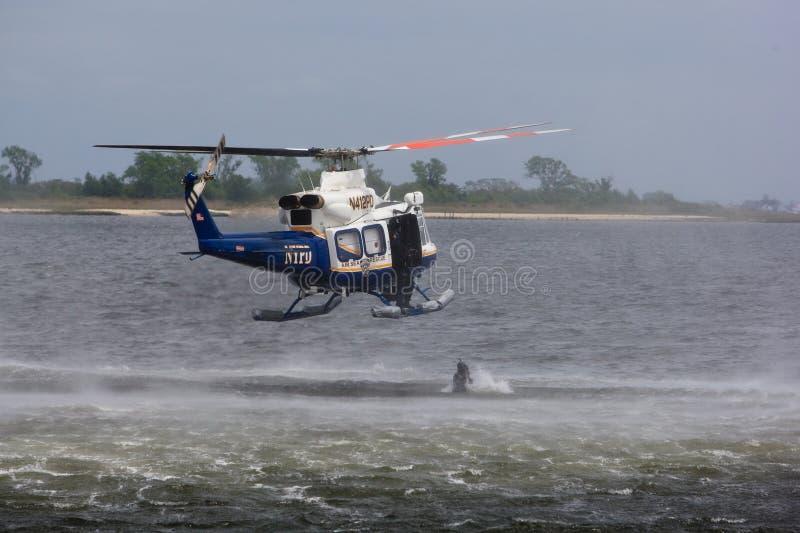 Le plongeur de police saute photographie stock libre de droits
