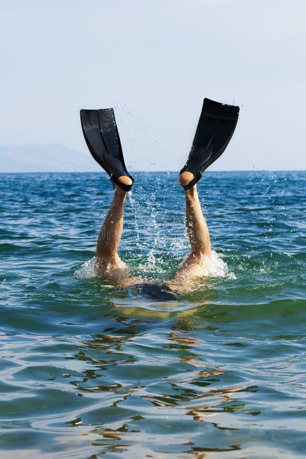 Le plongeur sautent au whater image libre de droits