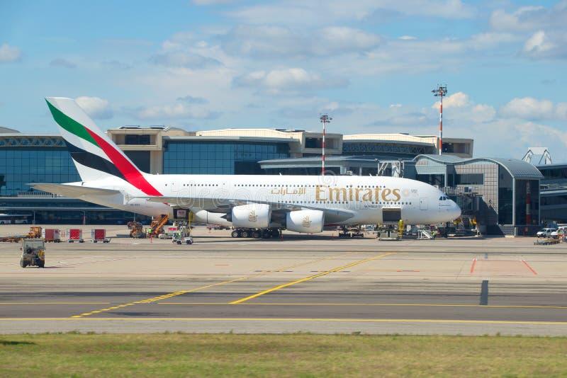 Le plus grand avion de passager - Airbus A380-861 A6-EEN de ligne aérienne d'émirats sur l'aéroport de Malpensa photographie stock libre de droits