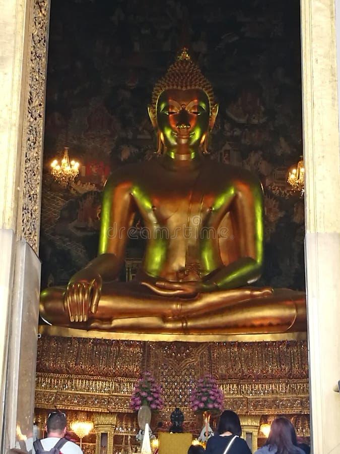 Le plus grand Bouddha dans un temple image libre de droits