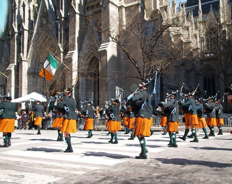 Le plus grand défilé de jour de rue Patrick du monde à New York City image stock