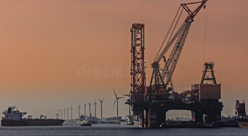 Le plus grand navire de grue dans le monde dans le port de Rotterdam image stock