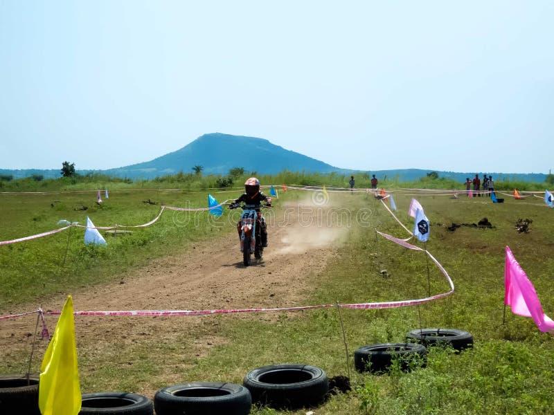 Le plus jeune cavalier de motocross en Inde images libres de droits