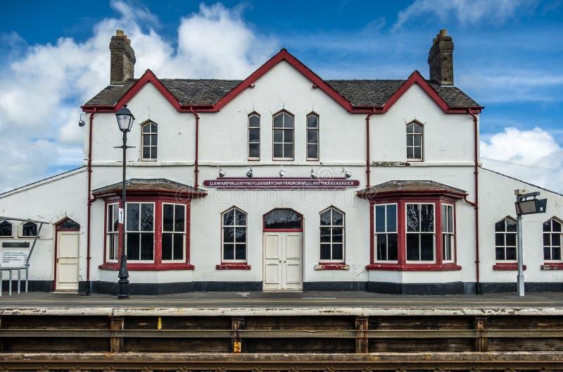 Le plus long nom de lieu du R-U, llanfairpwllgwyngyllgogerychwyrndrobwllllantysiliogogogoch sur la station de train publique images stock