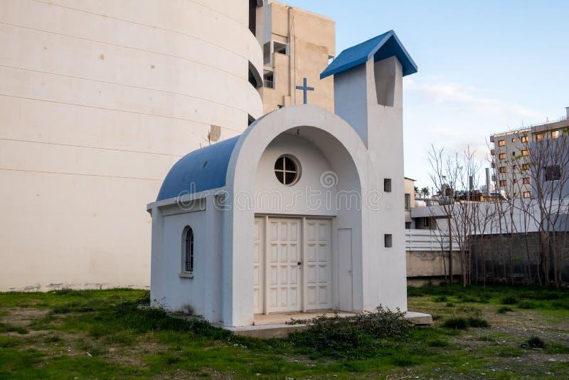 Le plus minuscule des églises, obstrué de la vue image libre de droits