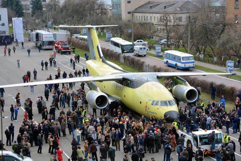Le plus nouvel avion Antonov An-178 de transport est remorqué à l'aérodrome d'essai en vol, le 16 avril 2015 image libre de droits