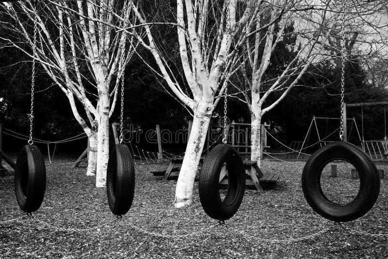 Le pneu balance au terrain de jeu images libres de droits