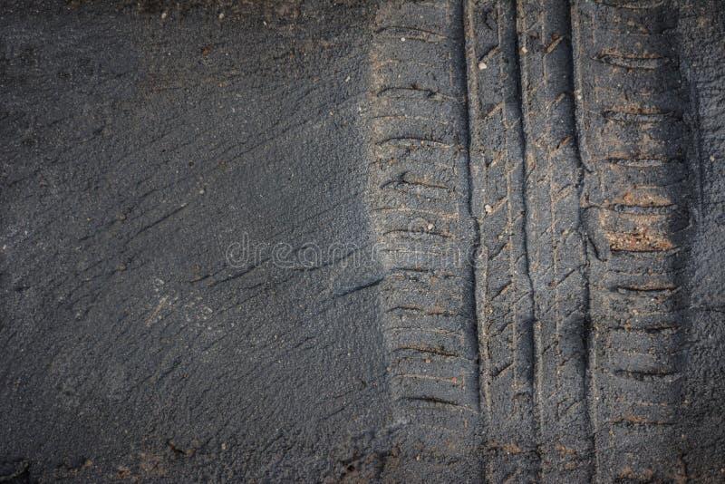 le pneu dépiste le camion sur une boue image libre de droits