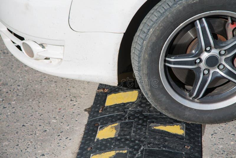Le pneu de voiture rencontre un policier de sommeil images stock