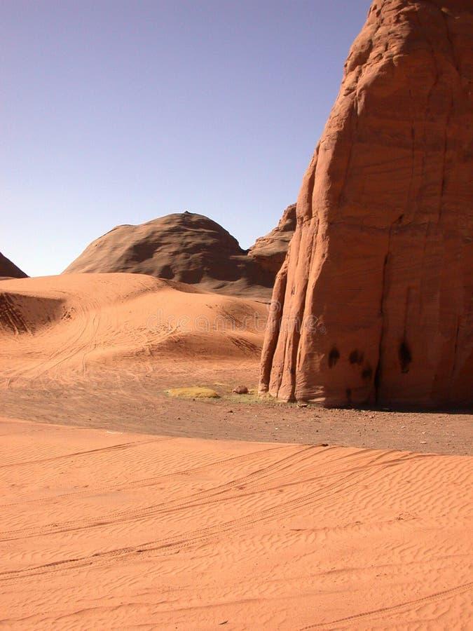 Le pneu a suivi des dunes photos libres de droits