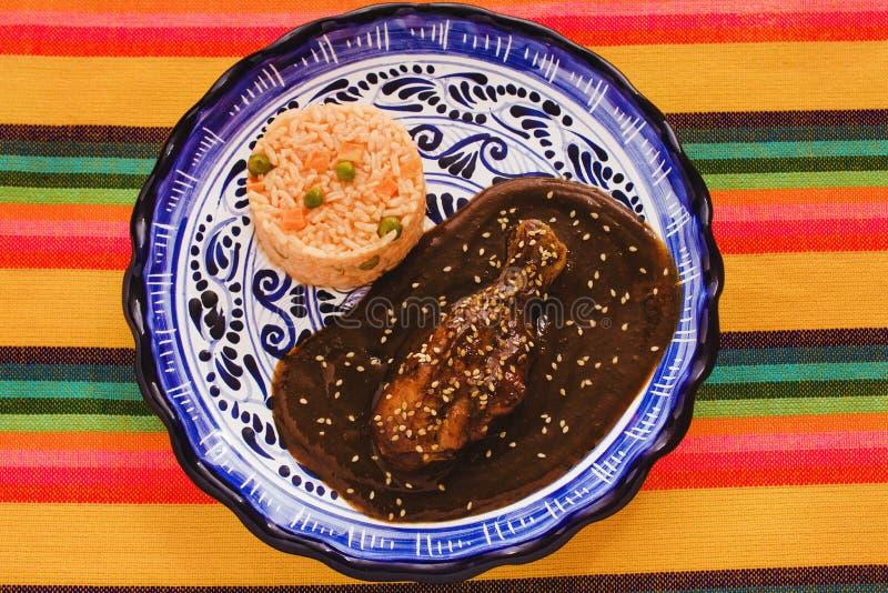 Le Poblano de taupe avec le poulet et le riz est nourriture mexicaine à Puebla Mexique photos stock
