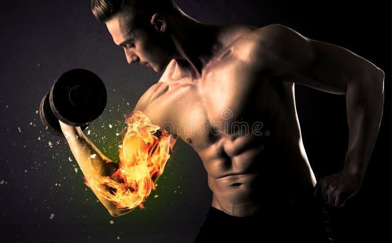 Le poids de levage d'athlète de Bodybuilder avec le feu éclatent le concept de bras photos libres de droits