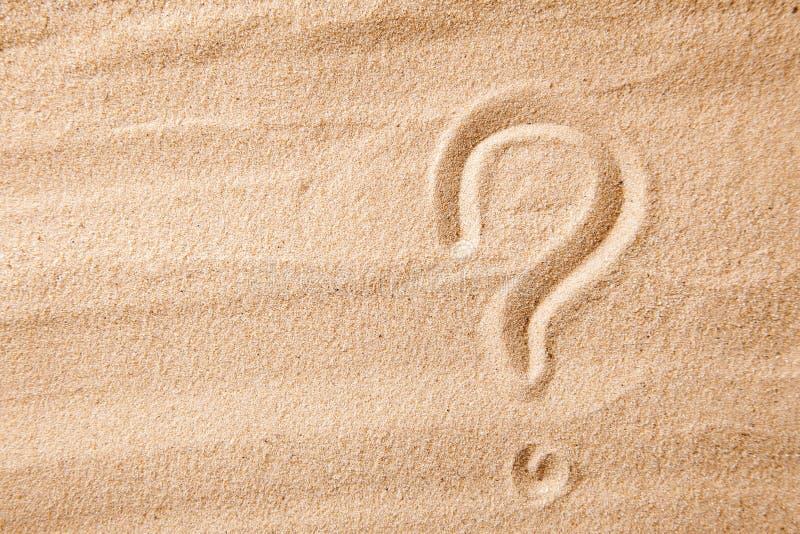 Le point d'interrogation est sable peint sur le sable Symbole de choix et de doute images stock