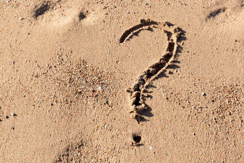 Le point d'interrogation se connectent la plage de sable près de la mer Concept de dilemme, de réponse et de question photo stock