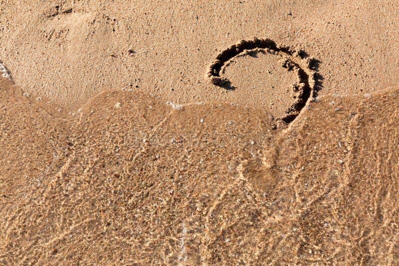 Le point d'interrogation se connectent la plage de sable pr?s de la mer Concept de dilemme, de r?ponse et de question photos stock